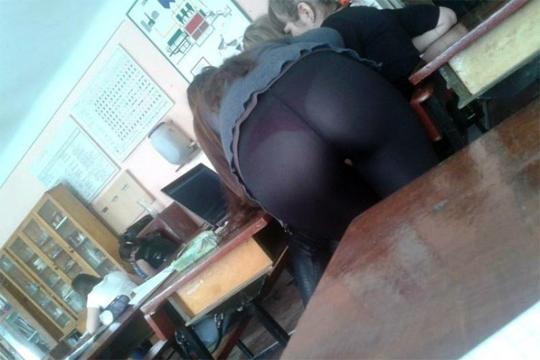 【エロ画像】エロい身体の女子高生たちが授業中に盗撮されてる !