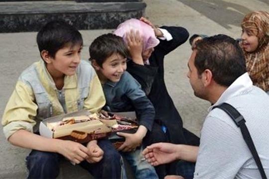 【閲覧注意】弟のためにビスケット売りをしていた少年、爆撃を受け死亡