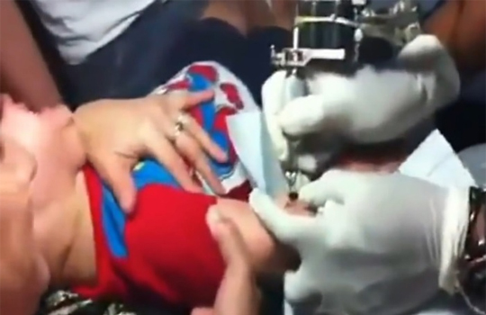 【キチガイ映像】生まれて間もない赤ちゃんにタトゥー入れるクズ親