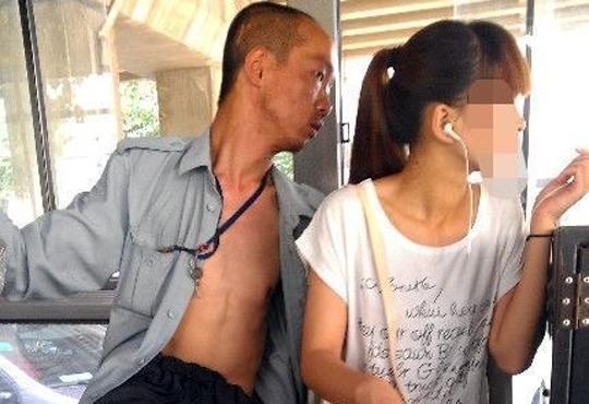 【痴漢画像】バスで前に座ってる男が隣の女性見ながらオ○ニーしてるんだけど顔がヤバい