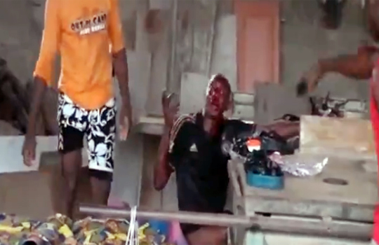 【グロ動画:死刑】オートバイを盗んだ結果、屋外へと引きずり出され、死亡するまで集団リンチ