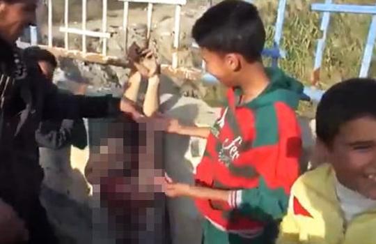 【閲覧注意】斬首された兵士の遺体を弄って楽しそうな少年たち・・・。