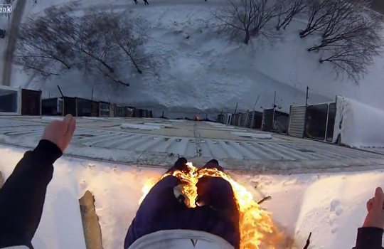 【衝撃】身体に火をつけて屋上30mから飛び降りる度胸試しが怖すぎる・・・・