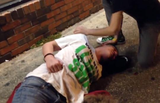 【衝撃映像:喧嘩】車から降りてきた彼女に顔面パンチw失神KO!