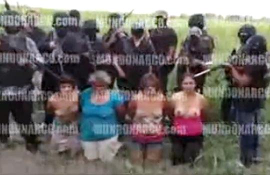 【グロ動画】メキシコ麻薬戦争での処刑映像 半裸の女性を並べて銃や斧で惨殺していく・・・ ※首切り