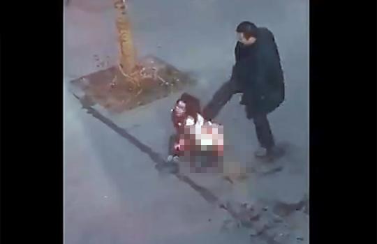 【閲覧注意:狂人】道端で若い女性を30箇所以上刺しまくるキチガイ・・・