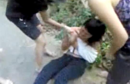 【裸いじめ】少女1人を4人が服を無理矢理脱がして殴る蹴る 全裸のJKに対する最低な暴行映像 ※無修正エロ動画
