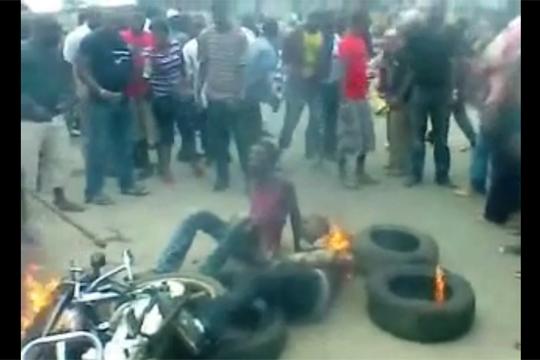 【閲覧注意】アフリカで犯罪を犯す→火あぶり&集団暴行w