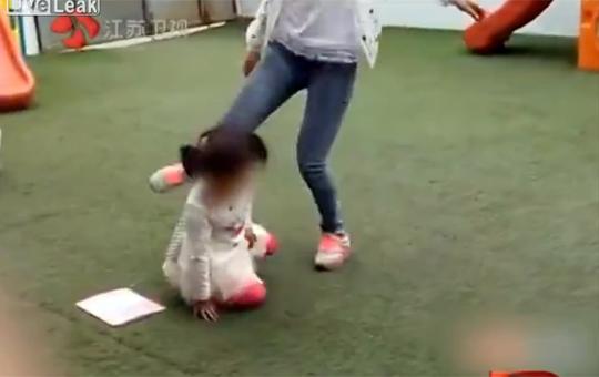 【閲覧注意】中国の違法幼稚園が虐待ってレベルじゃないwww