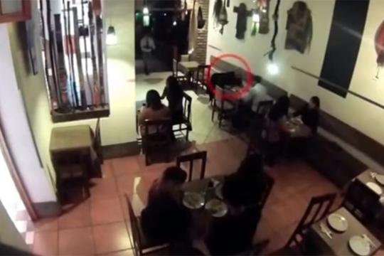 【殺人】友人の目の前でヘッドショット一発!殺し屋映像