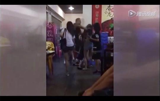【英雄】イジメで集団暴行を受けてる少女を助けるため男が乱入!神動画