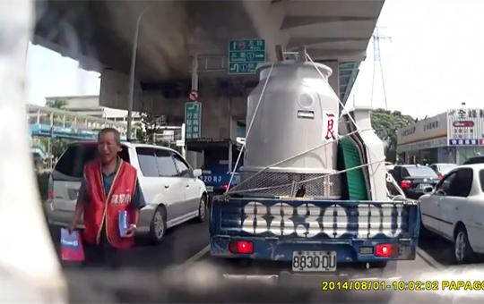 【グロ注意】トラックの死角に入ってしまった売り子がゆっくり轢かれる
