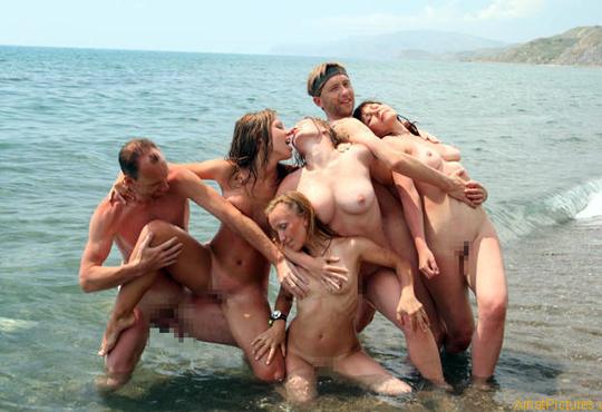 【エロ画像】ヌーディストビーチでエッチな事してるカップルを撮ってきたw!