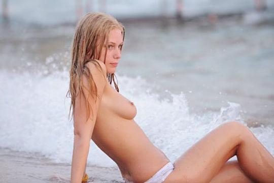 【エロ画像】ヌーディストビーチでおっぱい揺らして遊んでる天使を激写したったw【画像枚】