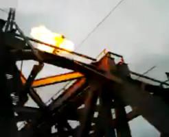 【閲覧注意】鉄道橋に登った子供が感電落下→電車に轢かれ即死 ※動画有り