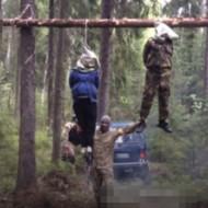 【閲覧注意】妊婦とその夫を残虐すぎる方法で殺す兵士たち。(動画)