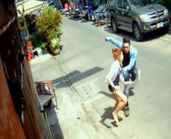 【殺人】タイのバンコクで美女が刺し殺される監視カメラ映像・・・