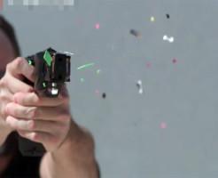 【衝撃映像】テーザー銃(遠距離型スタンガン)を自分の身体で試して見たwww