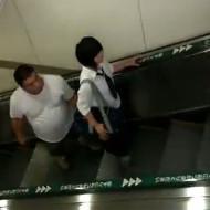 【本物盗撮】日本人が女子高生のスカートの中をガチ盗撮してる映像が海外サイトで晒される