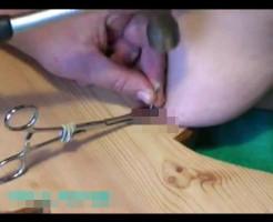【エログロ】彼女が浮気しないようにおっぱいに釘を打ち込んでいるハード過ぎるSM動画がコレ・・・