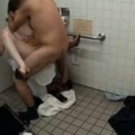 【エ□注意】素人JKカップルたちが学校トイレで休み時間中にガチでハメ撮り個人撮影流出無修正…