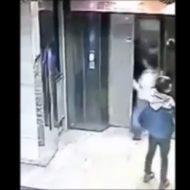 【DQN】エレベーターの開け方を知らない奴が蹴破って落下した一部始終・・・ ※動画