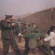 【グロ画像】中国で麻薬に関わった女の子がヘッドショット処刑にされる・・・※銃殺