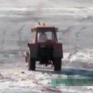 【衝撃映像】酔ったおじいちゃん「ひゃっはー!トラクターで氷上ドライブして酔い醒ますぜ!!」→当然の結果にwww