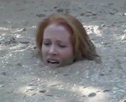 【エログロ】底なしの泥沼にハマったビッチがもがき苦しみながら沈んでいく様子をご覧くださいw