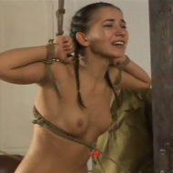 【無修正 エログロ】裸のロシア美女のおしり叩いてごう問したい欲求あるやつ来てくれw ※動画