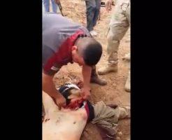 【グロ動画】村人A「く、首を切るのは初めてだから(震え声」 素人が斬首してもなかなか切り落とせんむずすぎwww 閲覧注意