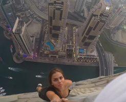 【危険映像】これくらいしないと興奮しないのw高さ世界一のねじれビルの屋上でロシア美女さん命綱無しで巨乳を揺らし逝っちゃうwww