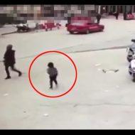【ロリ注意】道路でオシッコしていた幼女さん、大型トラックにゆ~っくり背中から… ※動画