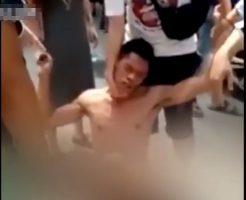 【獣姦】ワンちゃんとセックスしてネットに配信した変態さん みんなから脱がされボコボコにされて病院送りin中国 ※衝撃映像