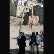 【グロ画像】中東で悪いことした人 車で引きずり吊るされボロ雑巾みたいな状態で見世物にされる模様 尚少年が興味津々でツライ・・・ ※閲覧注意