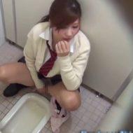 【本物盗撮】トイレにカメラ設置した結果→股間もぞもぞしてるJKがおマンコを弄りに夢中になってたイッテた模様w ※無修正エロ動画