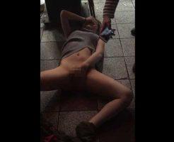 【ヤリサー】某大学飲み会で呑まされ続けた女の子がマンコ丸出しにされてから路上で恥ずかしめを受けてるんだが・・・ ※無修正エロ動画