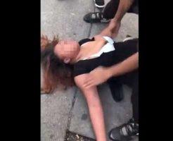 【女 暴力】ブン殴られて失神したマンコさん 正気を取り戻すべく揺らしたら乳首が見え隠れしてそれどころじゃなかった件w ※衝撃映像