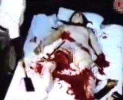 【女 死体】動かない女の子の足切って血祭りに上げてるビデオが見つかる これ本物ちゃうよな??? ※グロ動画