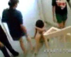 【裸いじめ】3人の同級生に暴行されるJKさん 蹴られ殴られ脱がされ公開処刑に晒し上げられる・・・ ※エログロ動画