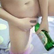 【マンコ注入ガール】少女さんがマンコにハイネケンブっ刺して悶絶してるんやがw 自業自得やんけwww ※無修正エログロ動画