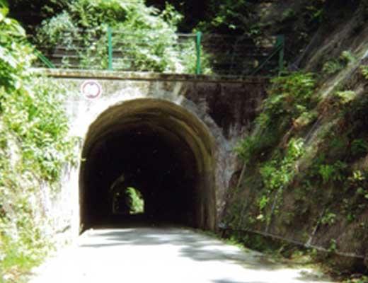 牛首トンネル風景写真