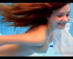 【ロリ少女】プールの中にカメラしかけて待っていたら一糸纏わず泳ぐ女の子に遭遇したんがw ※無修正エロ動画