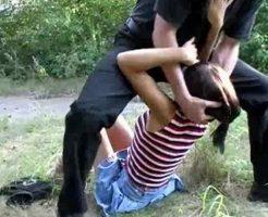 【本物レイプ】森の中に連れてかれたパイパン少女さんが強姦魔に大人チンコぶち込まれて泣いてるんやが・・・ ※無修正エロ動画