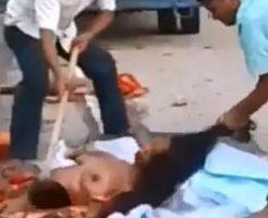 【グロ動画】路上におっぱい丸出しで死んでいた女の子を回収してるんやが拾い方雑過ぎワロタwww ※死体