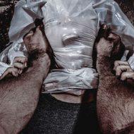【衝撃映像】ガチの兵士が女の頭にビニール被せて窒息拷問やってるんやが・・・ これってええんか???