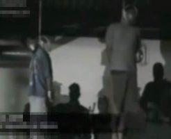 【グロ動画】メキシコ麻薬カルテルの処刑映像 捕えた男二人を強制的に首吊って絞殺していく・・・