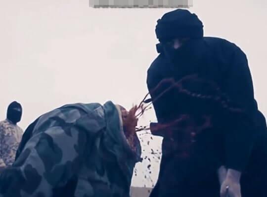 【ISISグロ動画】大剣で斬首された生首がコロコロ転がっていく様子がおむすびころりんにしか見えないんだがwww ※処刑映像