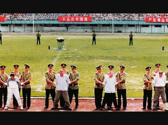 【衝撃映像】これっ何かのパレード?中国人「違うアルよ公開処刑でアルよ」 公然で実際に行われてる見せしめ死刑の映像・・・