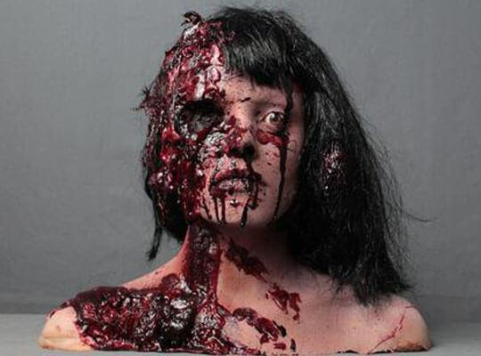 【グロ動画】WTF?脳みそ丸出しで腐りかけている状態で生きてる女性とかホラー過ぎるやろ・・・